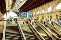 Trappa och metalltak av järnvägsstationen med folkmassan av passagerare Royaltyfri Fotografi
