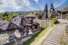 Trappa och portar i den Pura Besakih Balinese templet fotografering för bildbyråer