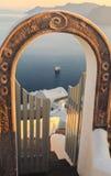 Trappa och portar mot calderasikten av skeppen, ön av Santorini, Grekland Royaltyfri Foto