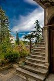 Trappa och trädgård av ett gammalt hus i Labin i Kroatien arkivbilder