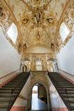 Trappa och utsmyckat tak royaltyfri fotografi