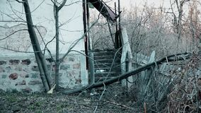 Trappa på det övergav gamla huset i berget stock video