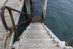 Trappa på sidan av den portNoarlunga bryggan för snorkling, dykapparat royaltyfria foton