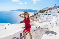 Trappa Santorini för turist- lycklig kvinna för lopp rinnande Fotografering för Bildbyråer