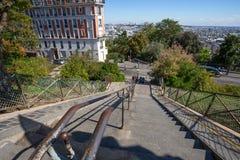 Trappa som är brant i Montmartre, Paris, Frankrike royaltyfri bild