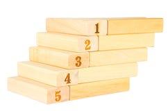 Trappa som är trä med nummer ett för nummer fem upp till Arkivfoton