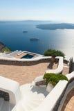 Trappa som leder för att terrassera vid havet i Santorini Grekland arkivbilder
