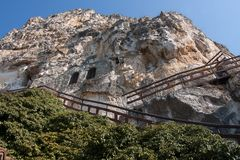 Trappa som leder till den Basarbovo kloster, Bulgarien Royaltyfria Bilder