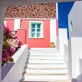 Trappa som leder till det färgrika huset på den Santorini ön, Grekland Royaltyfri Foto
