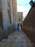 Trappa som leder till grottan av patriarkerna, Jerusalem royaltyfria foton