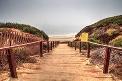 Trappa som leder till havet på Crystal Cove den statliga stranden Royaltyfri Foto