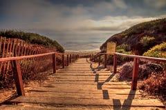 Trappa som leder till havet på Crystal Cove den statliga stranden Royaltyfria Bilder