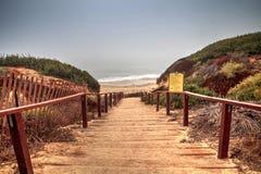 Trappa som leder till havet på Crystal Cove den statliga stranden Arkivfoto
