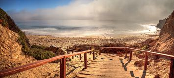 Trappa som leder till havet på Crystal Cove den statliga stranden Royaltyfri Bild