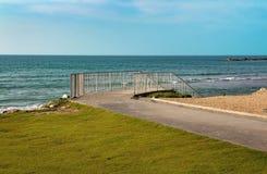 Trappa som leder till havskusten arkivfoto