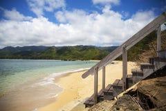 Trappa som ner leder till stranden Arkivbilder
