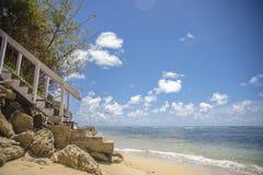 Trappa som ner leder till stranden Arkivbild