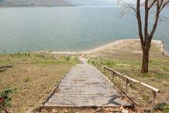 Trappa som ner leder till vattnet Arkivbild