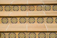 Trappa som täckas med keramiska tegelplattor med blom- beståndsdelar, Bulgarien royaltyfria bilder