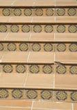 Trappa som täckas med keramiska tegelplattor med blom- beståndsdelar, Bulgarien arkivfoton