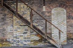 Trappa tegelstenvägg, arkitektur, drevbussgarage - Janesville, WI royaltyfri bild