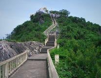 Trappa till den buddistiska templet Royaltyfria Bilder