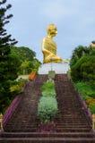 Trappa till den guld- stora Buddhastatyn överst av en kulle Som en turist- destination, och hur buddistiskt ställe av dyrkan Arkivbilder