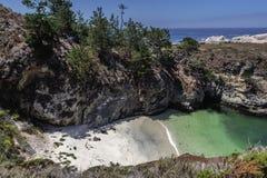 Trappa till den Kina lilla viken/stranden i punktLobos den statliga naturliga reserven arkivfoto