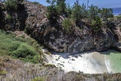 Trappa till den Kina lilla viken/stranden i punktLobos den statliga naturliga reserven Arkivbild