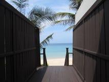 Trappa till den privata sandiga stranden royaltyfri foto