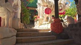 Trappa till den stora statyn för vit elefant i buddistisk tempel stock video