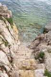 Trappa till det kristallklara havet Arkivfoto