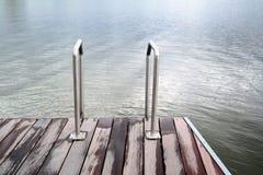 Trappa till havet eller sjön och trädäcket Royaltyfria Foton