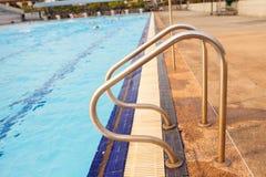Trappa till simbassängen Royaltyfri Bild