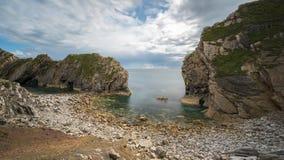 Trappahål på den Lulworth lilla viken på Dorset den Jurassic kusten, England, royaltyfria foton
