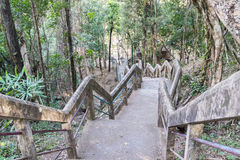 Trappan för att gå uppåt- och neråt kullen Arkivfoton