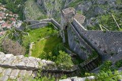 Trappan längs väggarna av fästningen av Kotor Fotografering för Bildbyråer
