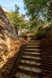 Trappan och fördärvar av den Sigiriya lion'sens fästning för rock Arkivfoton
