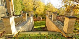 Trappan och stenen i säteri parkerar i Guetzkow, Mecklenburg-Vorpommern, Tyskland Royaltyfri Fotografi