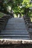 Trappan som leder till en gammal stad` s, kvadrerar Arkivbilder