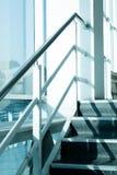 trapparostfritt stål upp företaget solljus på fönstret royaltyfri fotografi