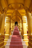 Trappaväg till korridoren av pagoden Arkivbilder
