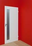Trappe blanche et mur rouge photographie stock libre de droits