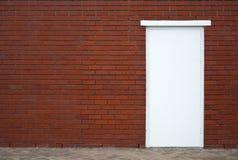 Trappe blanche sur le mur rouge Photographie stock libre de droits