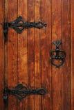 Trappe en bois avec le beau traitement de fer photographie stock libre de droits