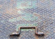 Trappe et poignée de fer dans la fin  Photo stock