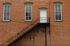 Trappe sur le mur de briques rouge photographie stock libre de droits