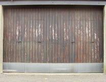 Trappe usée de garage de grange en bois et en métal Photographie stock