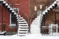 Trappen door sneeuw worden behandeld die royalty-vrije stock afbeeldingen
