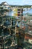 Trappes de langoustine, avec le port à l'arrière-plan Photo stock